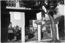 image Hyacinthe Périni, mère de Danielle devant la plaque commémorative apposée sur la maison de famille à Vistale