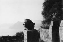 Buste de Danielle sur une stèle de granit contenant les cendres d'Auschwitz